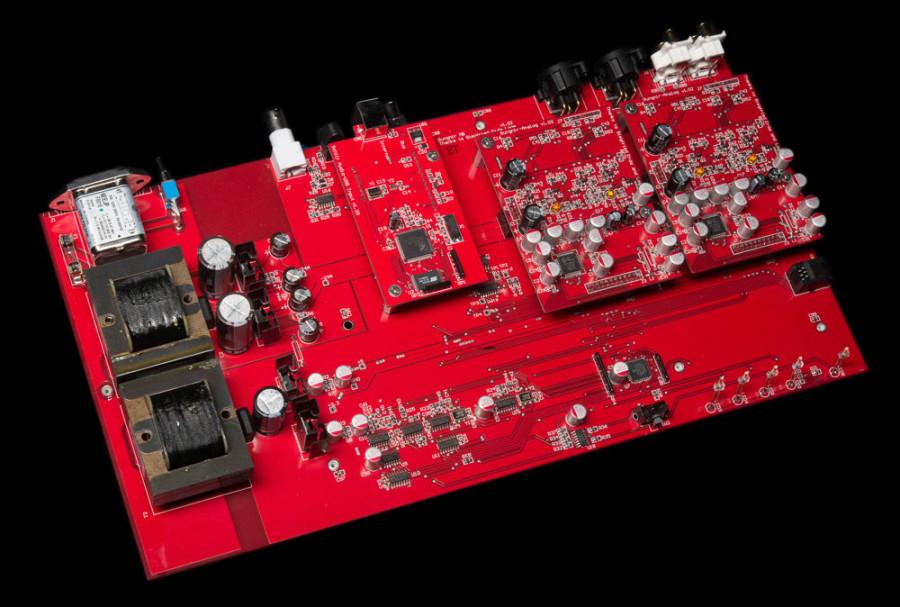 機內並沒有使用開關式供電,而且使用模擬供電。負責解碼的芯片則是AKM4399,而且是使用兩塊,一個聲道使用一塊,正反相各自進行放大。