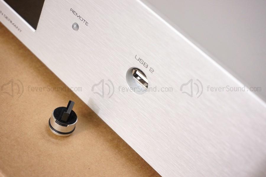 面板右邊的不是按掣,而是USB插口的蓋。