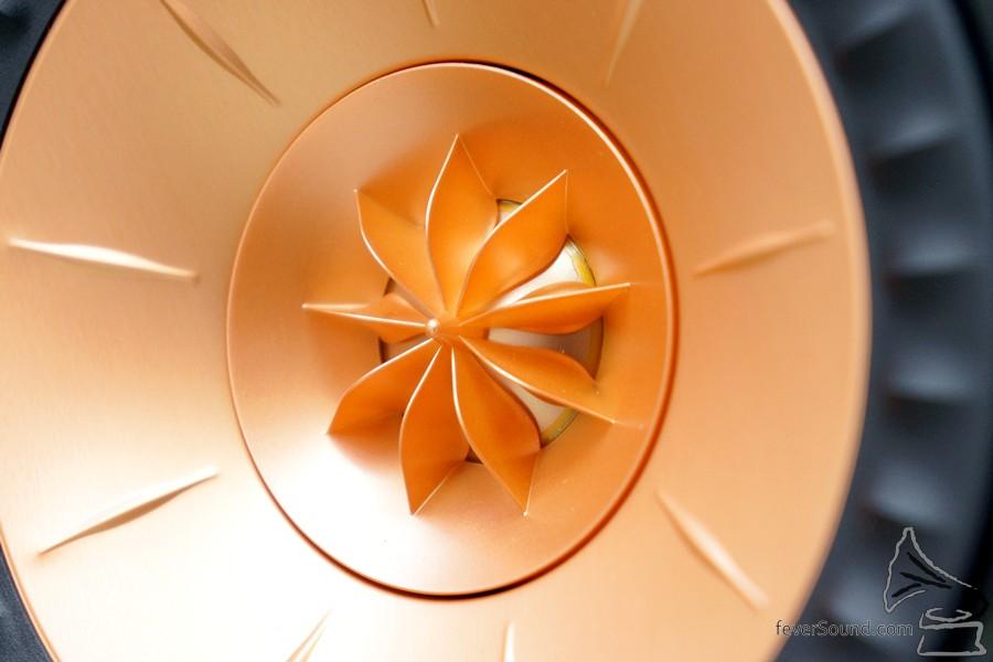 高音前方Tangerine Waveguide有助增加高音單元的效率以及擴散。