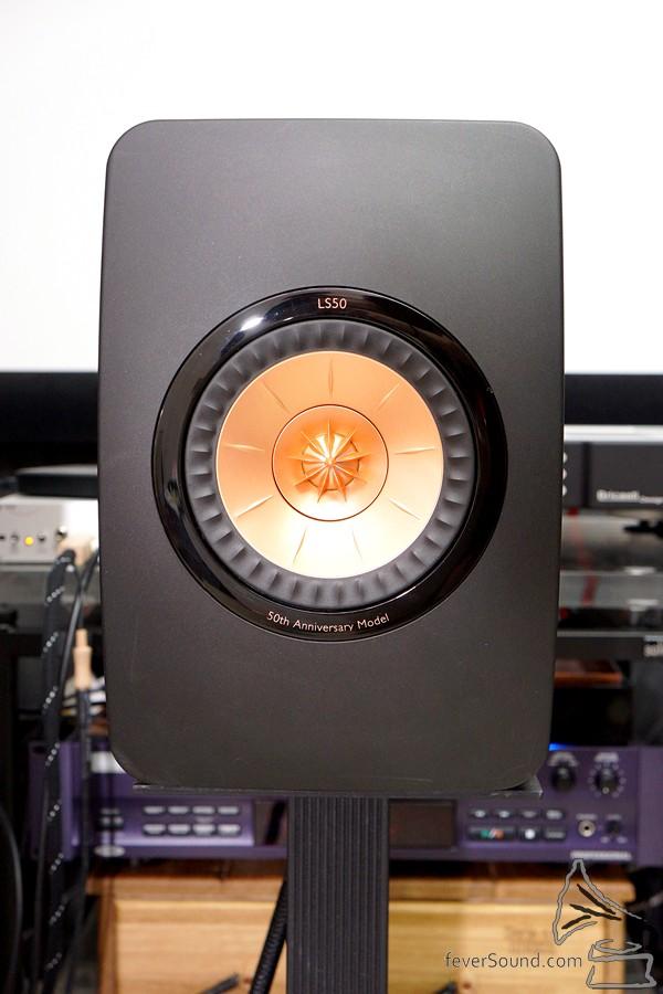 正面看,一隻同軸Uni-Q,非常簡約,揚聲器不設面網。