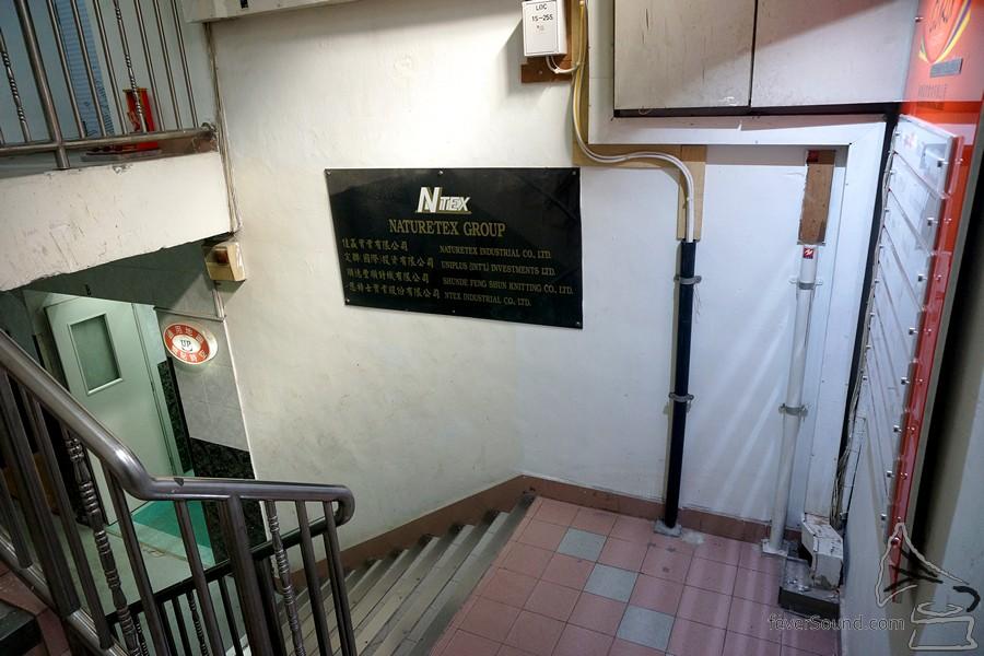 搭電梯至頂層 10 樓。