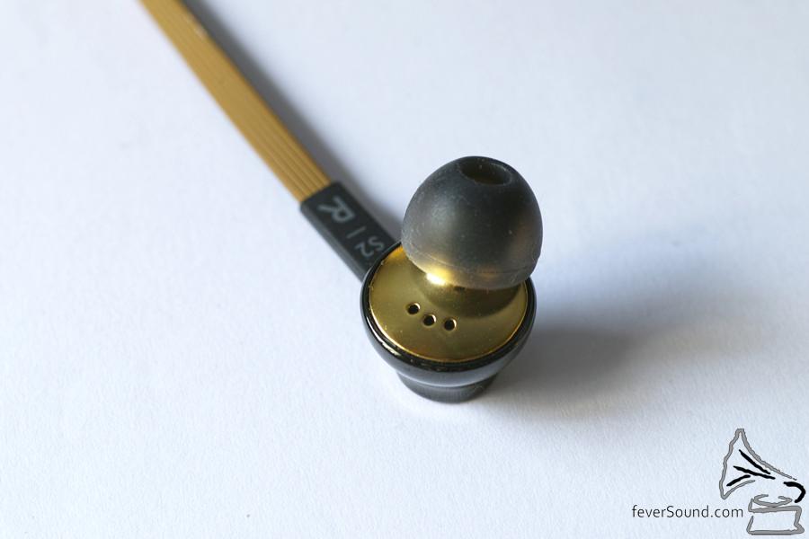 正面亦有3個小氣孔用來調節單元前後氣壓,改善音質。
