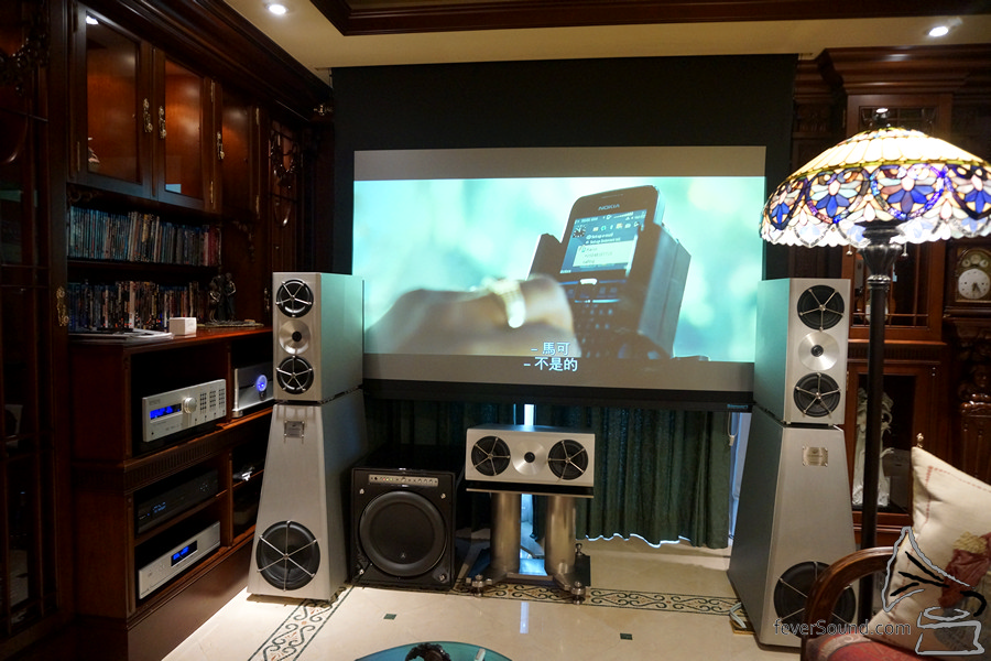 一開投影機,三層電動窗簾自動關上,電動幕會降下,很高的享受。