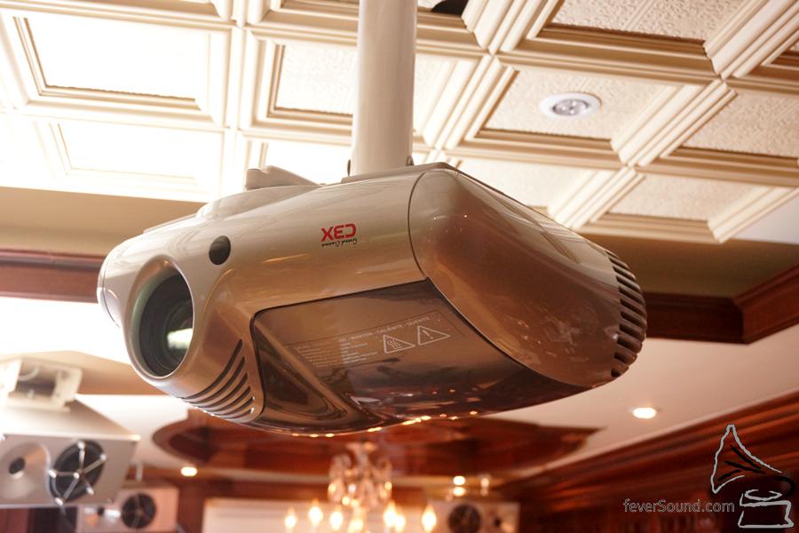 投影機選用意大利SIM2三片式DLP機種。