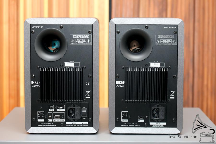 訊源由左邊輸入,以一條 USB 線傳至右邊。