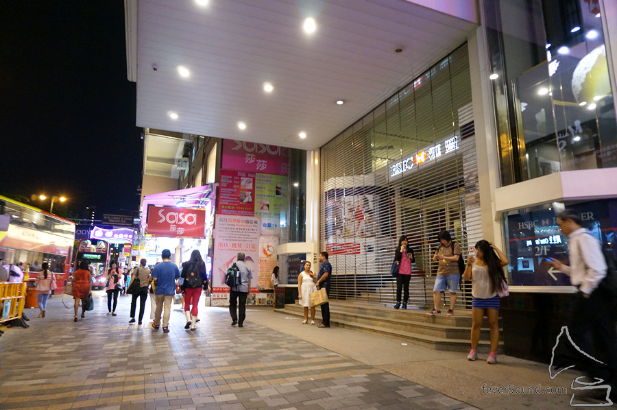 港鐵站出彌敦道向匯豐方向步行一分鐘。
