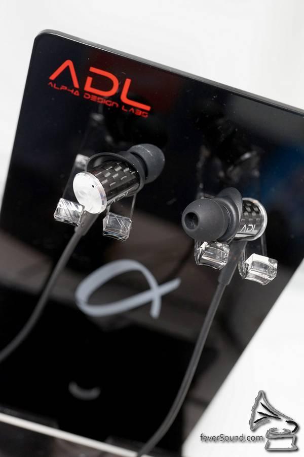 Furutech ADL 產品線旗下第一款入耳式耳機 EH008,同高級線插一樣用到碳纖外殼,內置雙動圈單元,包括經 Alpha 超低溫處理的 8mm 中低音單元,同有鈦金屬震膜的 5.8mm 高音單元,單元之間仲加有 ABS 物料,以免受互相震動影響。