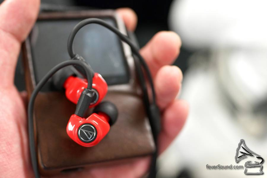 ATH 除了一系列動鐵耳機,亦將推出一款配有「Dual Symphonic Driver」雙動圈耳機 ATH-IM70,兩個 8.8mm 單元背對背擺,廠方稱此設計可以互相抵銷震動,在同一空間裡面聲音調和之後可以帶來更清晰的聲音,試聽後發覺,一款 $11,000 日圓 (即約 $870 港元) 的耳機中音夠清,低音又夠力,已經幾難得,有驚喜!