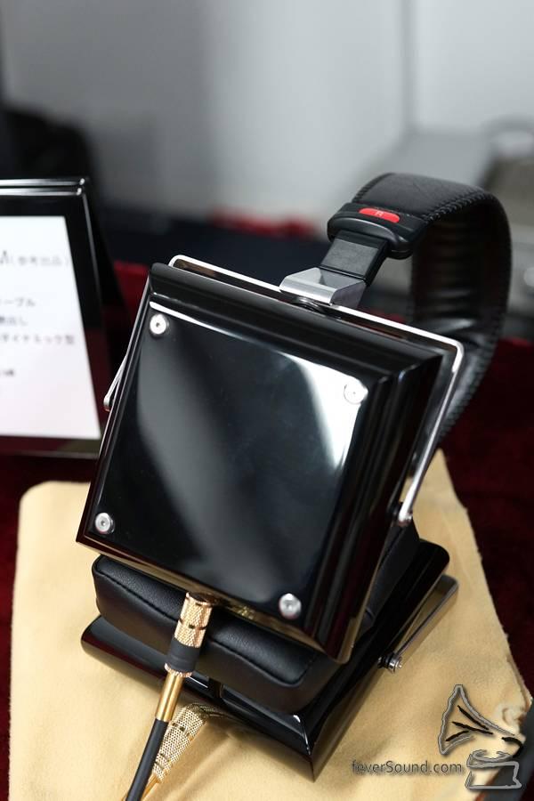 新品牌 KuraDa 將於明年推出這款定價 $100,000 左右的耳機,有著重甸甸的楓木鋼琴面機身,耳機線亦粗到不行,一個字:「誇」。