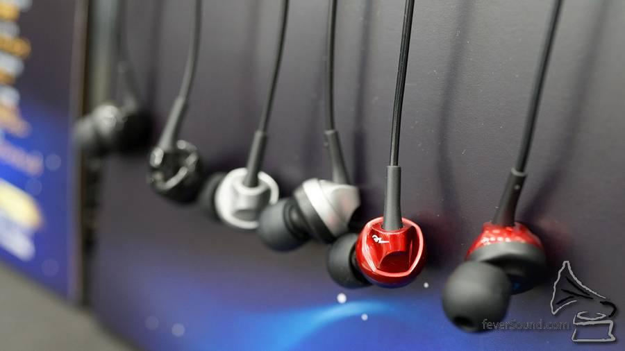 常常推出新單元技術的 TDK 亦有新搞作,價值約 $4,000 日圓的入門機 HF31 採用了首創的「High-MFD」技術,在單元前面加設一組磁鐵,將從動圈單元的音圈漏出的磁束反彈並鎖住,提高磁束密度,令耳機靈敏度提高 4dB 之餘,各頻段聲音亦會過渡得更自然。