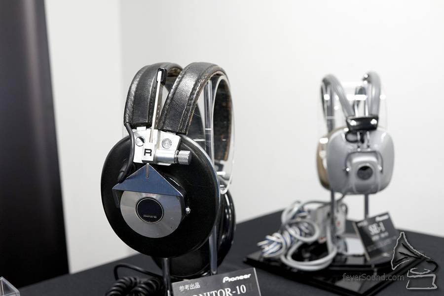 Pioneer 於場內展出於 1961 年推出的耳機 SE-1 及品牌首對監聽耳機 MONITOR-10,SE-1 是高階耳機,據稱當年售價大約是大學畢業生的 1/4 個月人工 (以現今標準其實不算得是甚麼...)。
