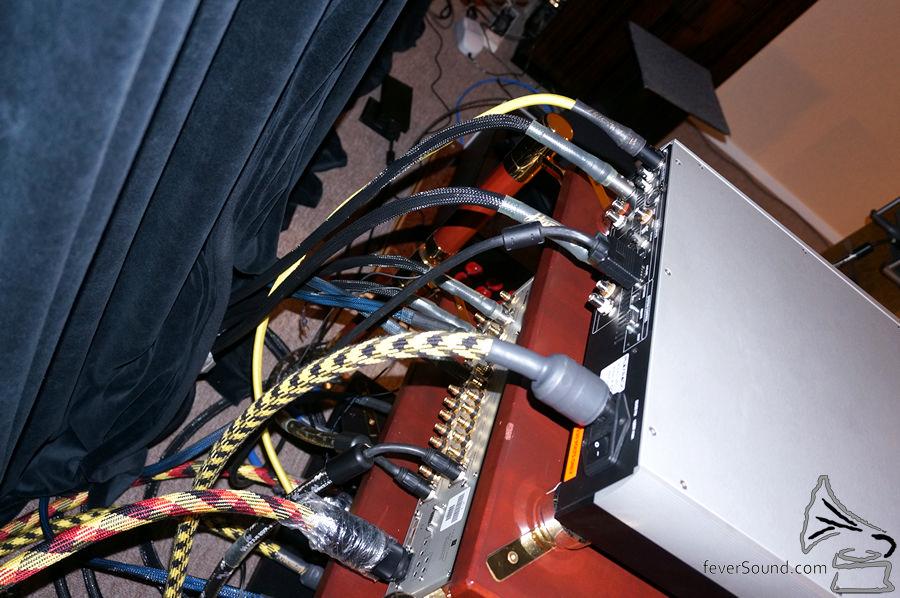 以數碼 XLR 線的 AES/EBU 格式傳送 DSD 訊號,又燒又前衛,爽!