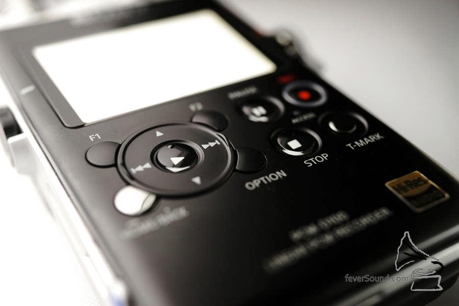 歷代 Sony 錄音機都沒有的十字式按鈕,這一代終於有了!操作簡單得多,流暢度都令人滿意。