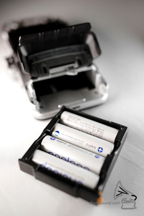 用 4 粒 AA 電池,這類機用靚電池很多時音質都會有進步,今次測試時會用最基本的 Eneloop 充電池。