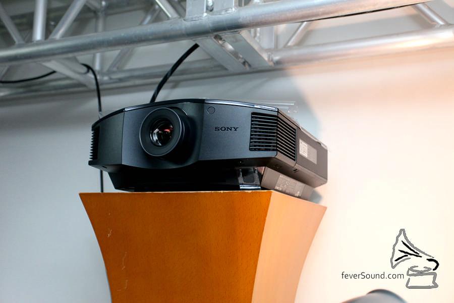 投影機選了 Sony 的入門款式,夠睇。