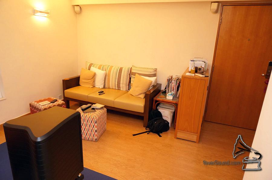 家居簡潔,聆聽距離約 8 呎。環繞喇叭安裝好,只為未來不時之需。