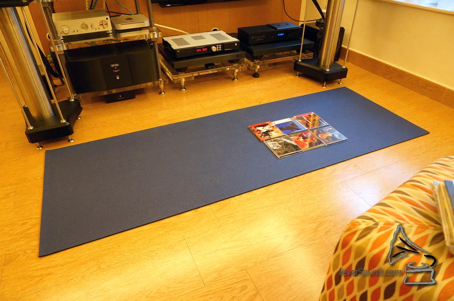 地毯在聆聽時有助減少地板撞聲。