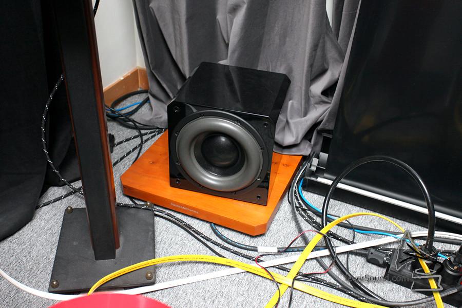 有源超低音加了木皮承墊,不直接放落地毯。