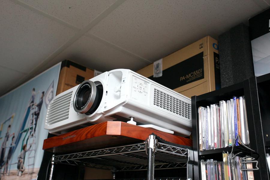 投影機使用 Sanyo 的產品。