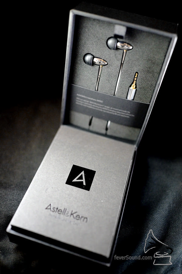 一開箱就見到 AKR02,有人認得它是 Final Audio 哪一款耳機嗎? AKR02 以 Final Audio 頂級動鐵耳機 FI-BA-SS 為基礎,耳機本體採用同一款不鏽鋼橄欖形外殼,這樣精緻的外殼,在同級產品中真是絕無僅有,這個機殼不只睇得,更應用到 Final Audio 的 BAM (Balancing Air Movement) 設計,將機內氣壓調整至最佳狀態,即使耳機只有一個動鐵單元,都可以令它發出更深厚的低頻,以及開揚的音場表現。