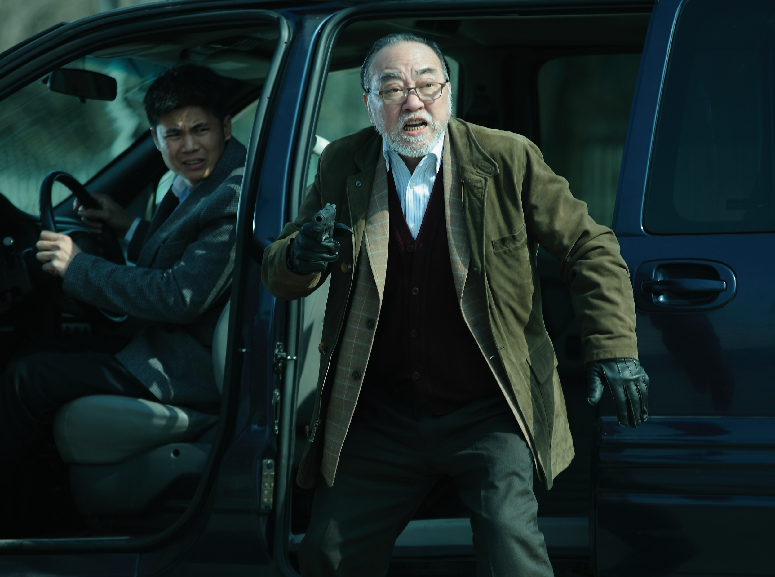1382588893_盧海鵬飾演的雀叔手持槍械準備射擊