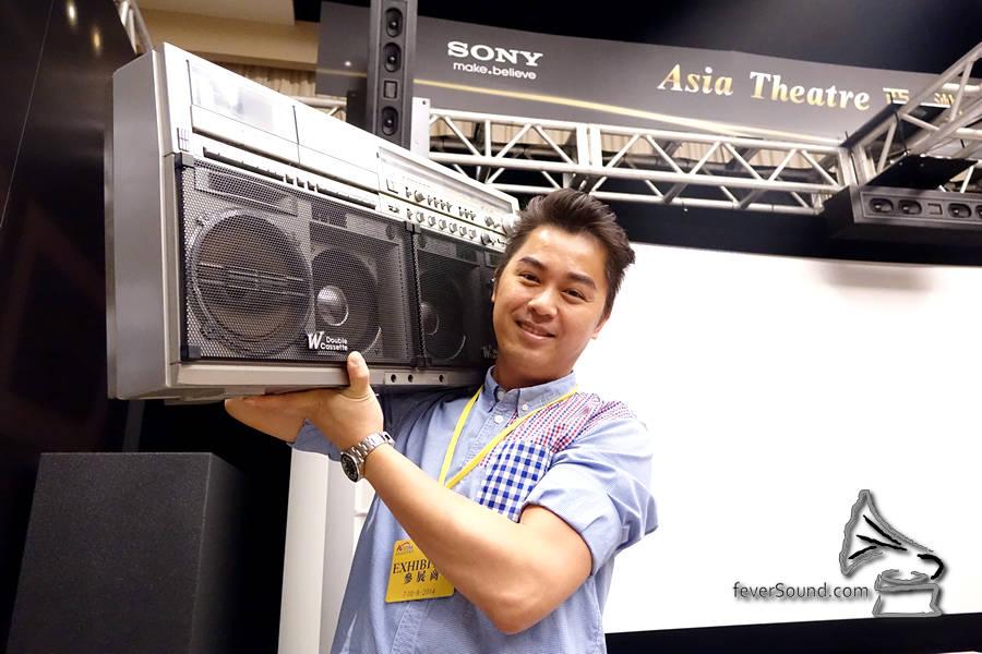 亞洲影視連日來忙於主持欣賞會,順便交收 Sharp GF-777,Lobo 開心得即時上膊拍片影相