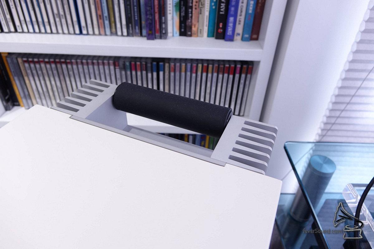 MSM C1設計相當聰明,有手抽及接線垂直接駁,因此箱後方仍有大把空間,放在箱背的軟件可以輕易地拿出來。