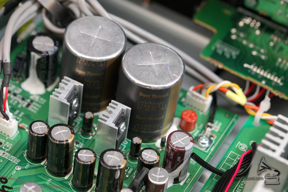 NA8005,是「8005」系列,大家很容易會將它和SACD/CD播放機 SA8005,以及合併式擴音機PM8005,基本上整體用料格局都相似,但NA8005是內地生產,並非日本製造,在感覺來說打了折扣,但實際功能及音質方面表現又如何呢? 首先,NA8005是今年的產品,售價HK$9,350元,對上一級就是索價逾兩萬元的旗艦機種NA11-S1,而對落一級是稍舊型號NA7004,市價大約六千多元,我有緣三部都聽過,追求絕對音質,本文主角NA8005雖然贏不了NA11-S1,但在同價(一萬港元以內)難找敵手,