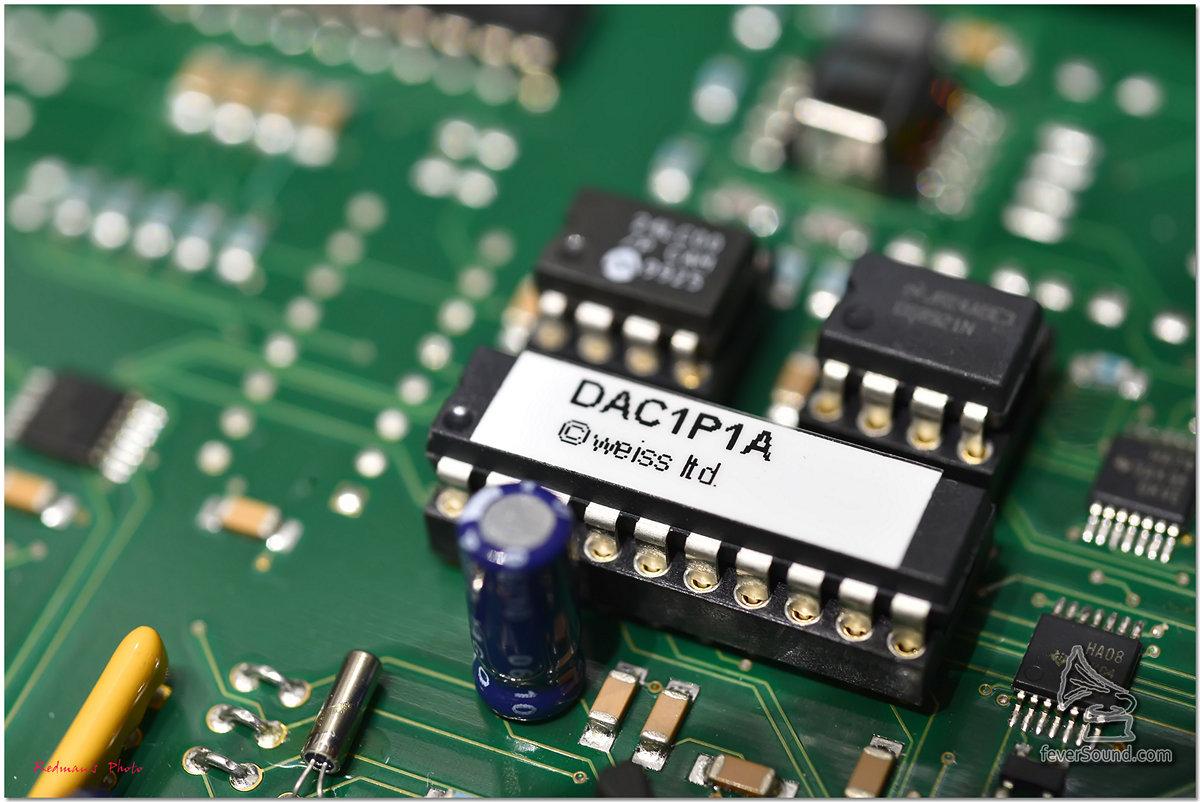 模擬輸出部份,分佈於機身右方,而且是獨立一個位置,中間同樣有金屬板阻隔,今次筆者手上這台最新版本的MEDUS是採用最新一代的摸擬線路,用上了他們最新的OP2-BP模組,先經過四塊OP2-BP模組負責I/V轉換,接著再交由另外四塊OP2-BP模組運算放大器組成的Output Stage。這八塊OP2-BP模組,跟舊作相比,它的散熱器相對巨大很多,正正是安裝在在解碼線路板之上,這樣可以把解碼晶片和輸出級別之間的訊號路徑縮至最短,令聲音傳送最為直接。