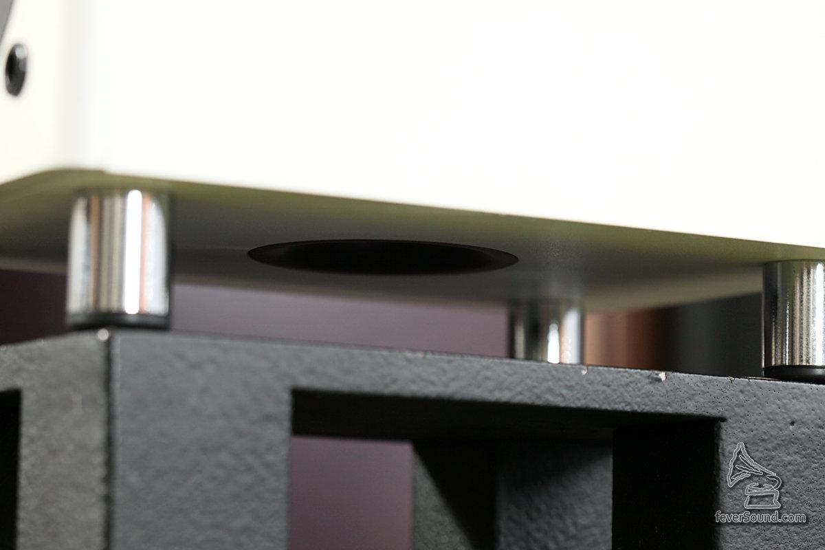 低音反射孔向下,擺位時要注意