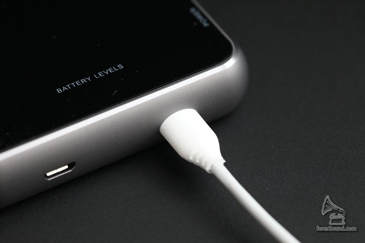 但這 Micro USB 有個楕圓形的 Housing,因此未必所有接線都插得入,可能要用原裝的那條才可