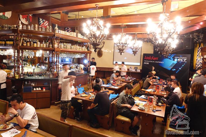 記者會在一間別具特色的餐廳舉行