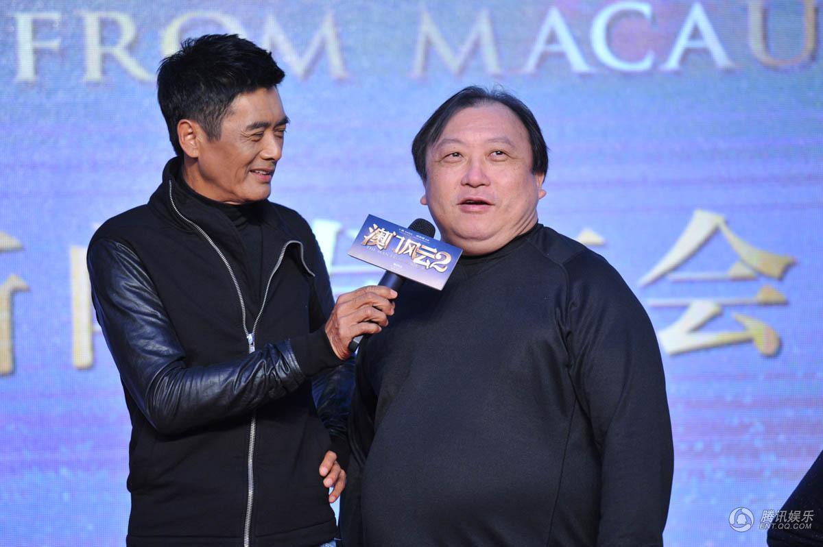 王晶 (右) 出席《賭城風雲2》電影宣傳,旁為周潤發