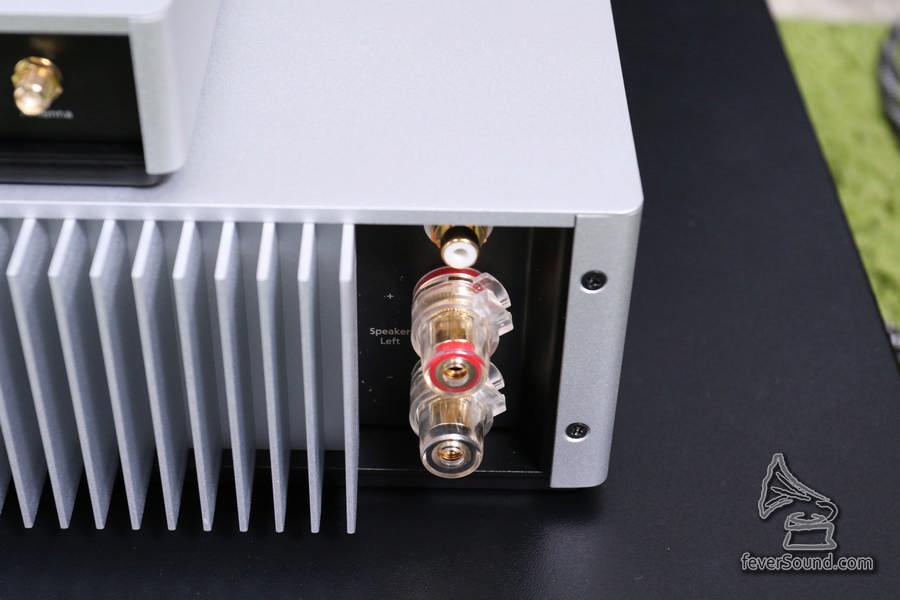 後級 STA200,喇叭線插座使用重料,但用大型 RCA 撞大叉喇叭線,走線恐怕會有點難度