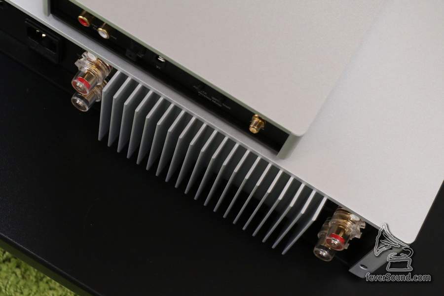 由於是堅 Class AB,因此 STA200 運作時有一定溫度,機後散熱器可以「熱到辣手」,這是「好聲的標誌」呢