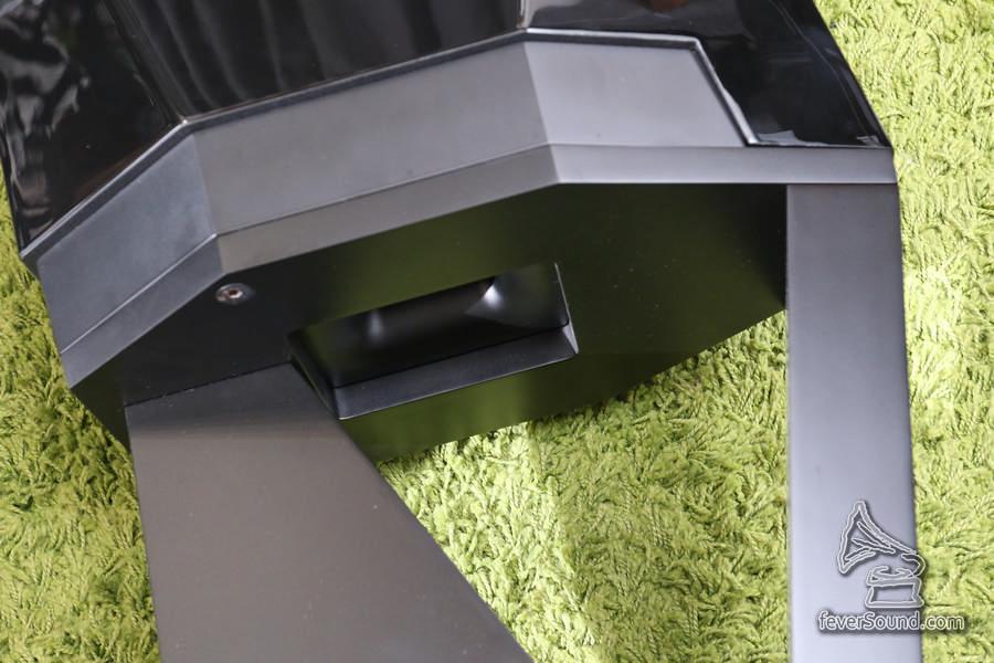 低音反射孔如前作設在底部,故應使用原裝腳架