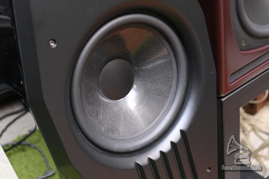 中低音繼續是直徑八吋的非編織炭纖震膜