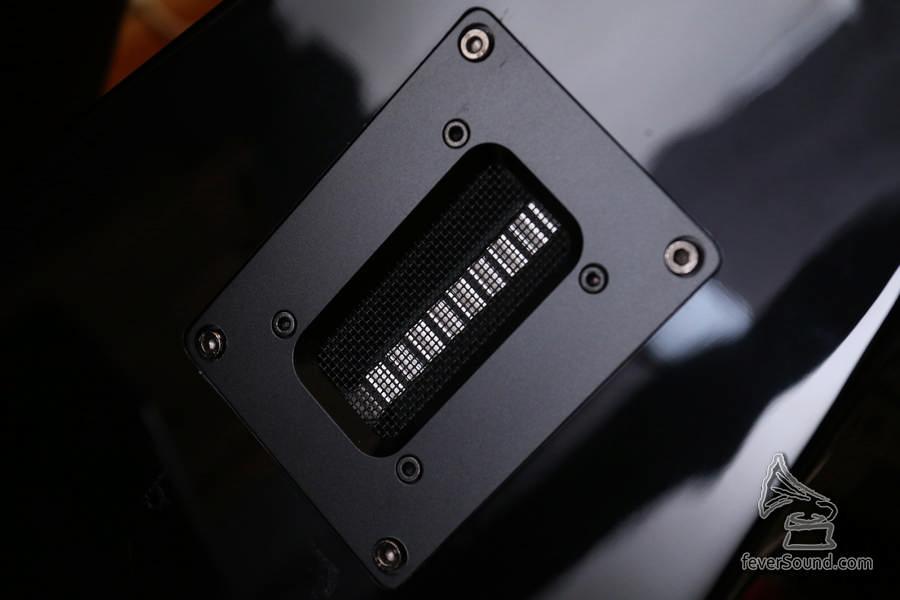 揚聲器後方使用了 2 吋鋁帶高音,作反射音效。