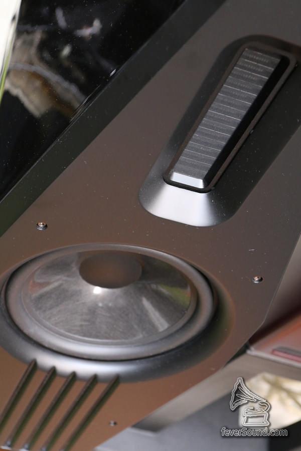 特厚面板減少聲箱諧震出來的箱聲,再配合不規則形狀的箱體,令喇叭更易「隱形」