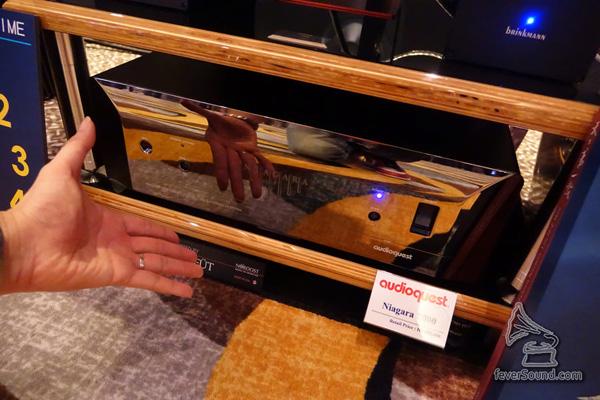 這部機鏡面「令」到可以照鏡,其實是美國 Audioquest 全新推出既電源產品
