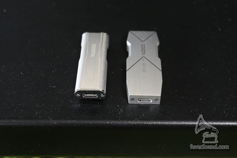 另一邊則為 micro USB 插頭,整個產品以 USB 取電