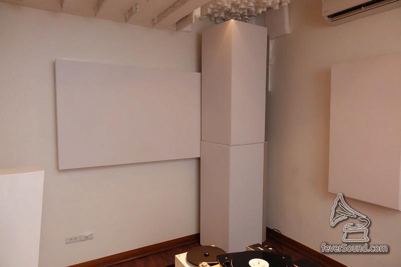 前方牆角使用了德國R.T.F.S.產品吸駐波及撞聲。