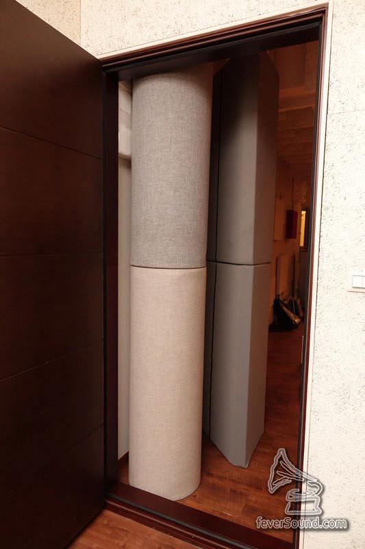 放置器材的前右方其實有度門,從門的另一角度可以見到牆角位放置的低頻陷阱。