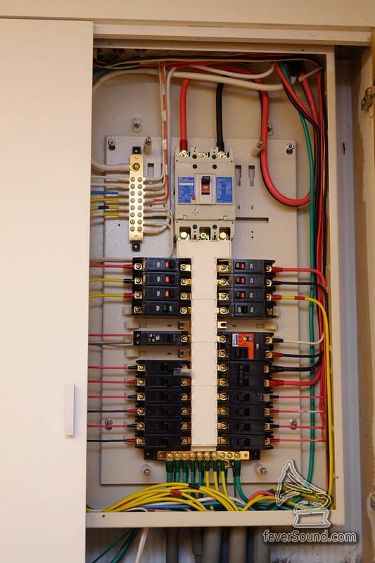 獨立供電予音響器材,打開這個電箱,你會明白何謂「走線的藝術」。
