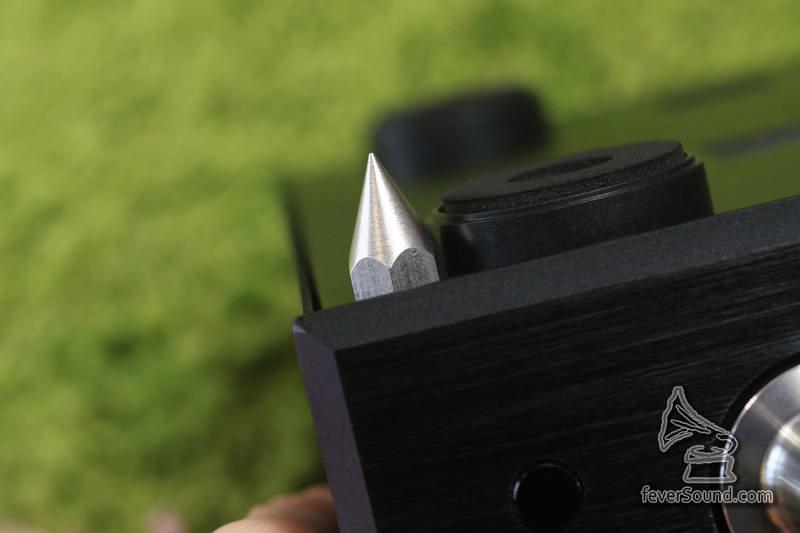 原裝附有三粒鋁製釘腳,細心