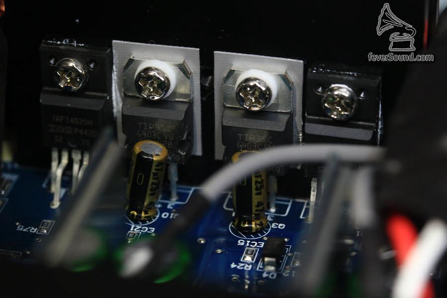 功率管,提供100W X2 (8ohms) 的輸出,一般書架應可應付有餘