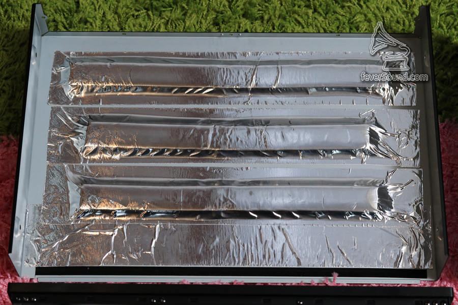 機殼頂部及轉盤頂部,都加上阻尼物料吸收震動