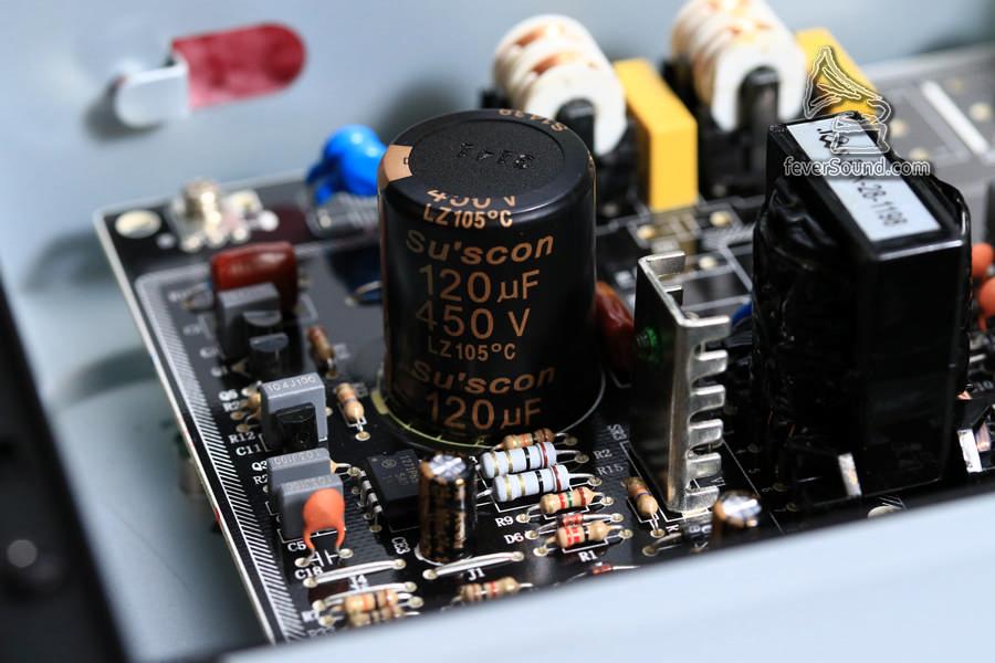 開關供電首級濾波電容,由Suscon換成Panasonic ED電容,別小看這裡,這粒電容把守頭關位置
