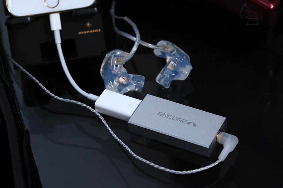 手機夾配mDSD推動Custom Art的CM客制耳機,一單元設計絕對易推,聲音細節比直接從手機聽豐富得多