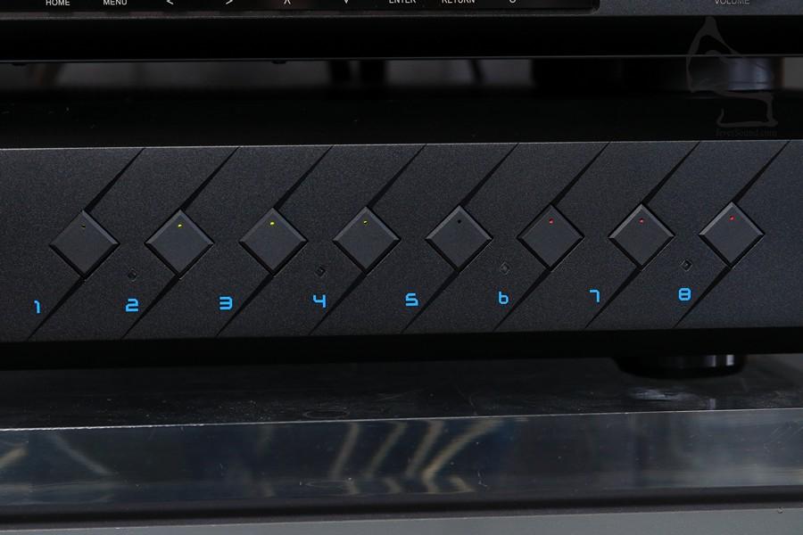 每聲道可獨立開關,燈號顏色亦顯示聲道是否使用,亦另有燈號顯示聲道是否橋接中
